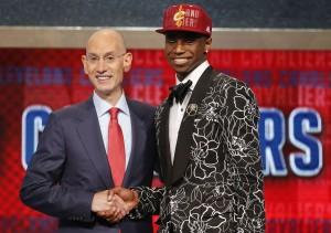 Andrew Wiggins recebe os cumprimentos de Adam Silver, comissário da NBA, após escolha de Cleveland
