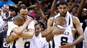 Antes do fim do jogo, jogadores dos Spurs já comemoravam o título
