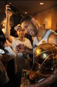 Tim Duncan celebra mais um título de NBA na carreira
