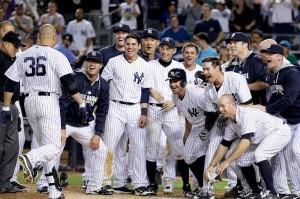 Beltran é recebido com festa pelos companheiros após o home run que deu a vitória aos Yankees (Foto: