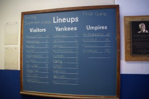 O New Yprk Yankees costuma divulgar os lineups em uma lousa no Yankee Stadium.