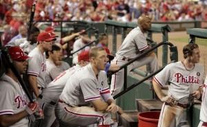 Enquanto esperam a vez no lineup, jogadores assistem à partida no dugout