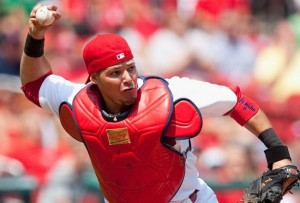 Yadier Molina não sente mais dores, mas médicos estão precavidos quanto ao retorno do catcher