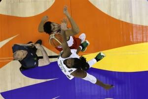 Nenê disputa a primeira bola do jogo contra o Egito. (Foto: Divulgação FIBA)