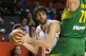 Milos Teodosic! Esse foi o nome do jogo, que converteu 23 pontos para a Sérvia. (Foto: Divulgação FIBA)