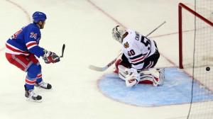 Malone converte seu shootout e garante a vitória dos Rangers (Foto: Anthony Gruppuso / USA Today Sports)