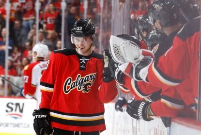 Bennett dá show, marca quarto gols, e Flames atropelam Panthers em casa - The Playoffs