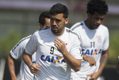 Edilson, jogador do Corinthians, realiza o desafio do Field Goal - The Playoffs