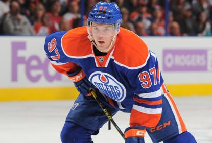 McDavid se recupera de lesão e pode reforçar Oilers nesta terça - The Playoffs