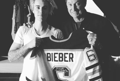 Gretzky presenteia Bieber com jersey em show - The Playoffs