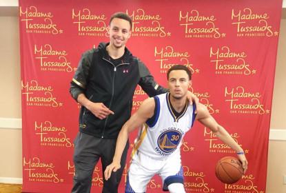 """MVP em dobro: Stephen Curry é apresentado a """"clone"""" de cera - The Playoffs"""