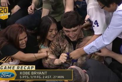 Kobe Bryant presenteia fã, que tem reação inusitada - The Playoffs
