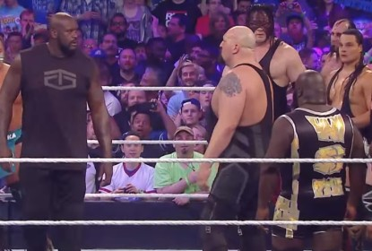 Shaquille O'Neal faz participação surpresa no WrestleMania 32 - The Playoffs