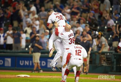 Yan Gomes entra no final e o Cleveland Indians bate o Texas Rangers - The Playoffs