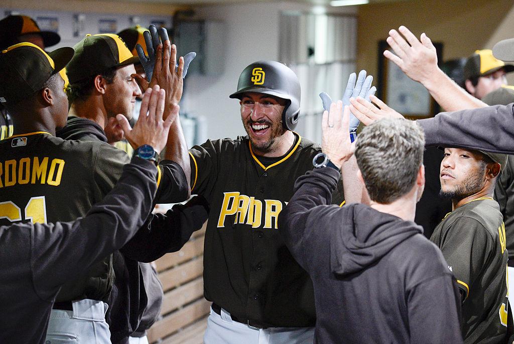 Adam Rosales comemora home run em vitória dos Padres sobre Giants