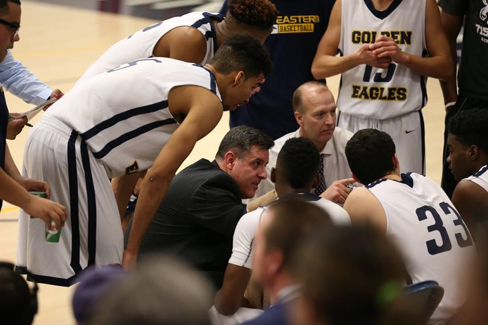 Vandinho dá instruções aos jogadores do USU Eatern Golden Eagles