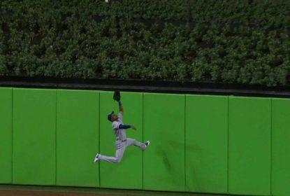 Jarrod Dyson escala muro para roubar home run de Yelich - The Playoffs