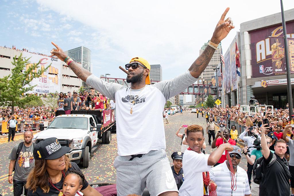 LeBron James renova por 3 anos com Cleveland Cavaliers