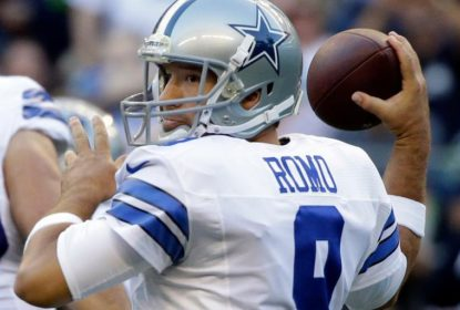 Tony Romo lançando a bola