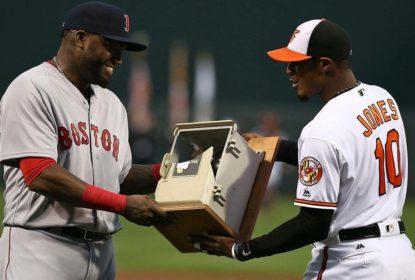 Orioles presenteiam David Ortiz com telefone destruído por ele em 2013 - The Playoffs