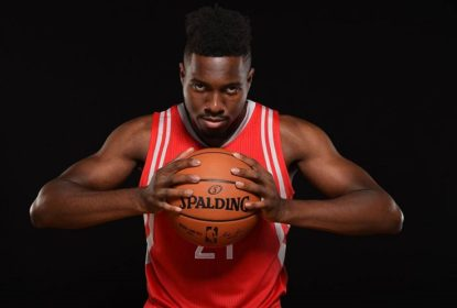 "Chinanu Onuaku, novato dos Rockets, cobra lances livres no estilo ""lavadeira"" - The Playoffs"