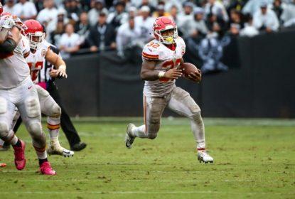 Spencer Ware correndo com a bola contra os Raiders na Semana 6