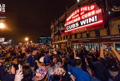 Torcida do Chicago Cubs vai à loucura fora do Wrigley Field ao fim do jogo 7 da World Series - The Playoffs