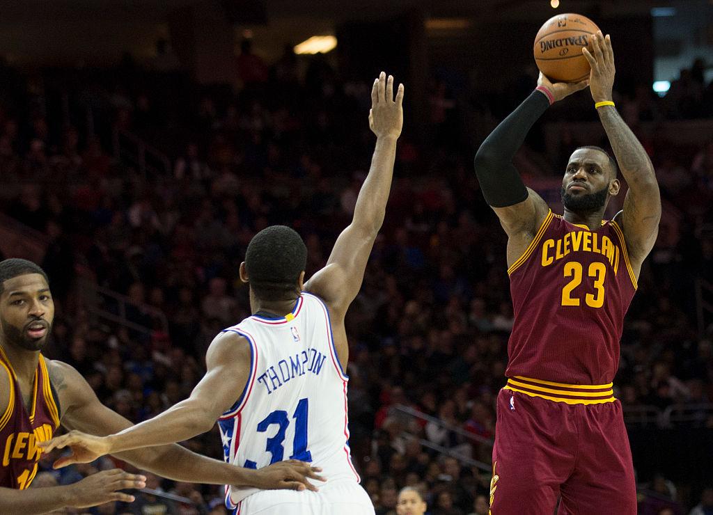LeBron James arremessa sobre Hollis Thompson em vitória dos Cavaliers