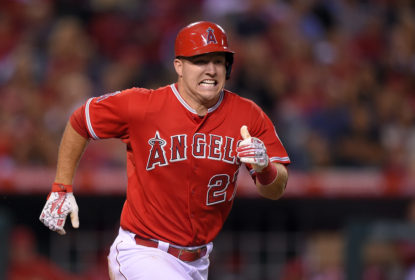 5ad3716593762 Mike Trout sai lesionado em vitória dos Angels sobre os Brewers - The  Playoffs
