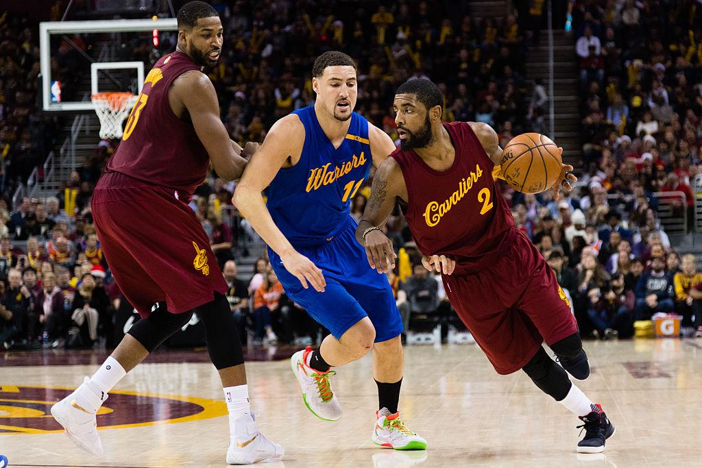 Kyrie Irving passa por Klay Thompson em jogo entre Cavaliers e Warriors