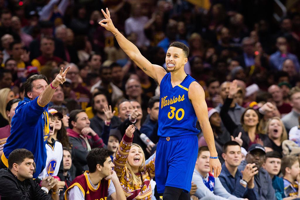 Stephe Curry celebra bola de três com os Warriors