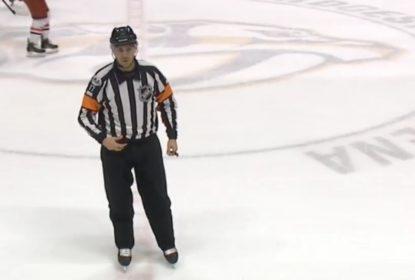 "Árbitro da NHL esquece microfone aberto e fala para jogador: ""F*** YOU"" - The Playoffs"