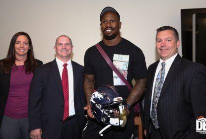 Von Miller recupera capacete perdido no Super Bowl 50 - The Playoffs