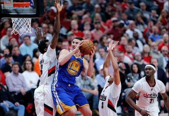 Thompson comanda Warriors em vitória