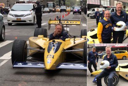 Larry Bird vai de carro da Fórmula Indy temático dos Pacers até o escritório da NBA - The Playoffs