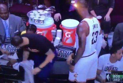 LeBron James manda Deron Williams sair de seu lugar para poder sentar - The Playoffs