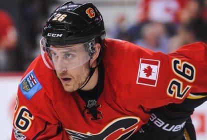Calgary Flames renova com Michael Stone e Kris Versteeg - The Playoffs