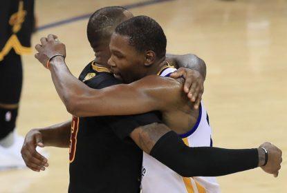 Durant abraça LeBron após o título de 2017