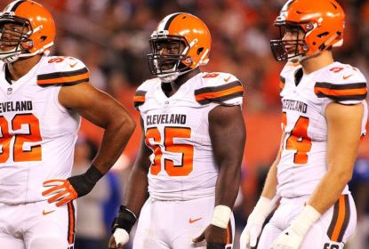 Jogadores do Cleveland Browns se ajoelham durante hino americano - The Playoffs