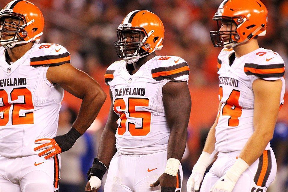 Jogadores do Cleveland Browns se ajoelham durante hino americano - The Playoffs