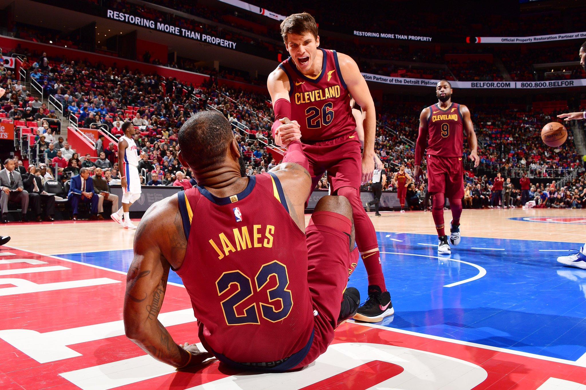 LeBron James é um dos destaques da vitória dos Cavs sobre os Pistons