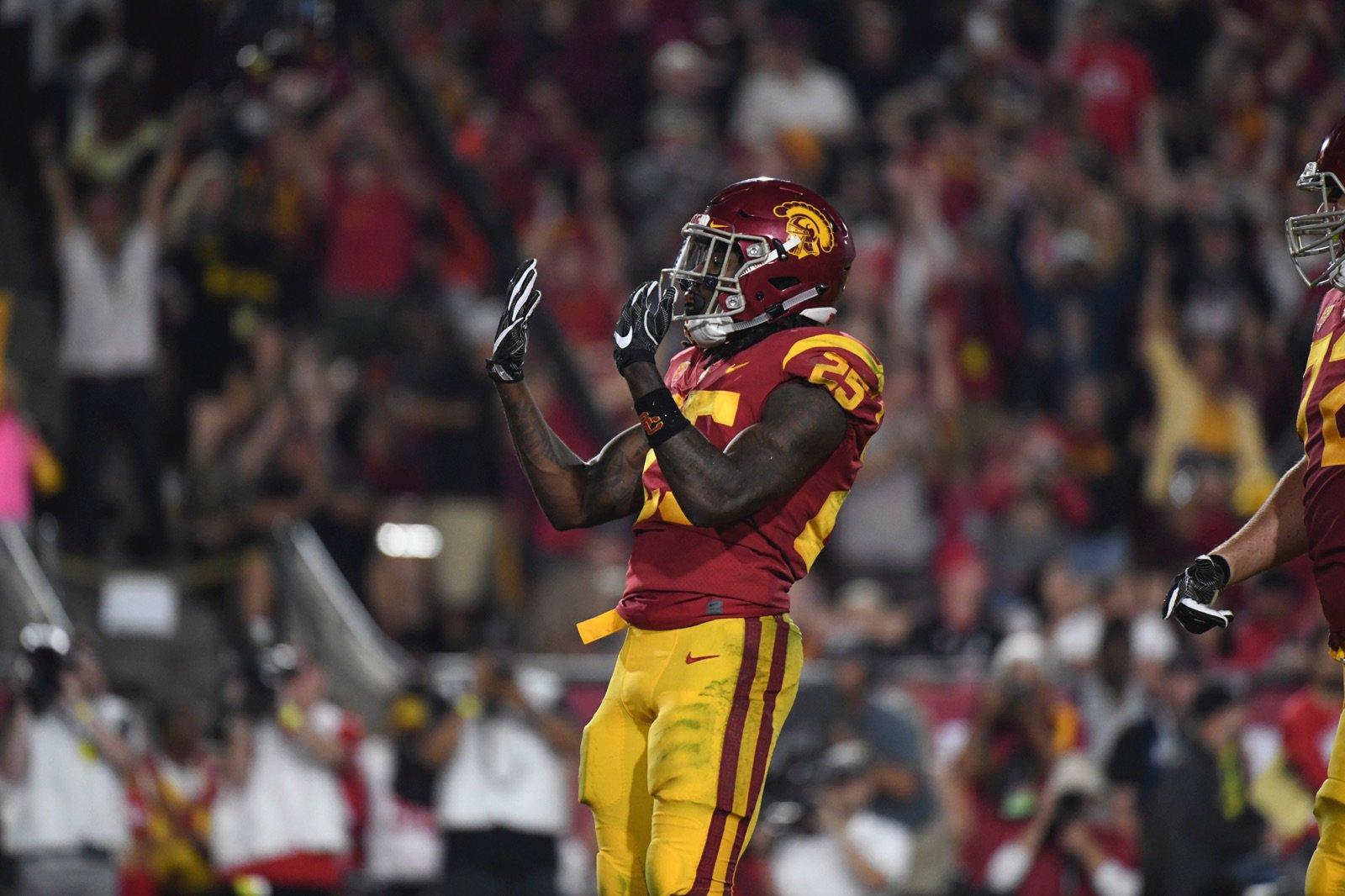 Ronald Jones II comemora jogo de mais de 100 jardas na vitória de USC sobre UCLA