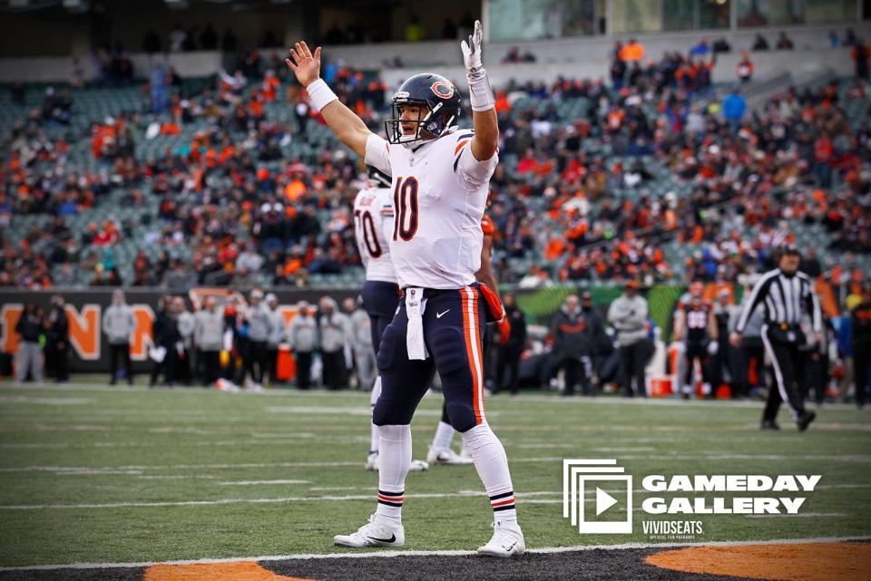 Quarterback Mitchell Trubisky, do Chicago Bears, marca touchdown na vitória sobre Cincinnati Bengals na Semana 14 da NFL.