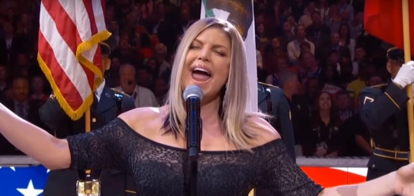 Fergie é duramente criticada por performance do hino americano no All-Star Game