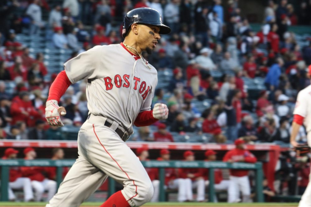 Mookie Betts lidera vitória dos Red Sox contra os Angels