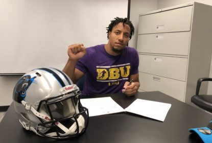 Eric Reid assina com os Panthers