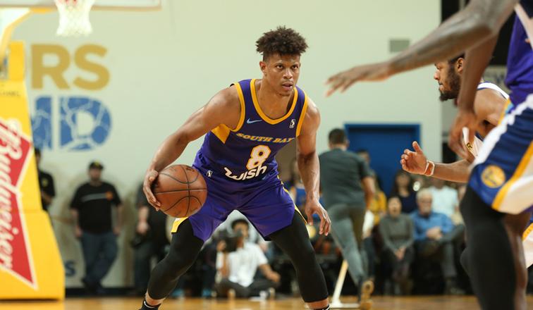 Scott Machado acerta com os Lakers