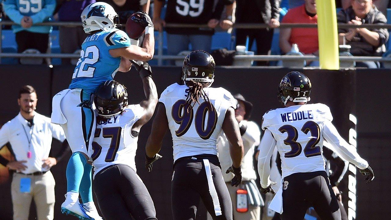 Christian McCaffrey anota touchdown contra os Ravens