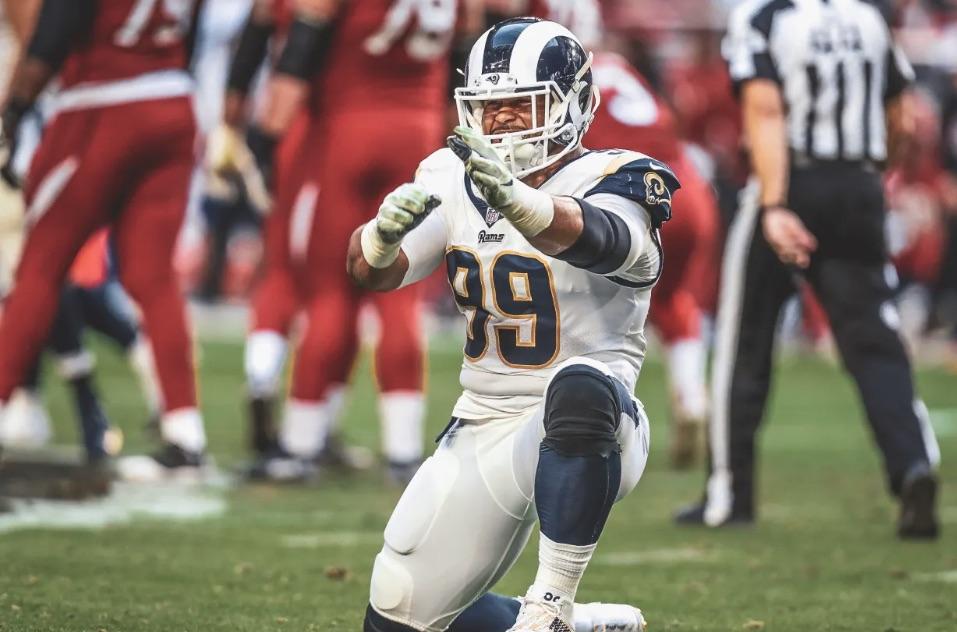 Aaron Donad comemora sack durante vitória do Los Angeles Rams sobre o Arizona Cardinals, em Glendale, na Semana 16 da NFL 2018