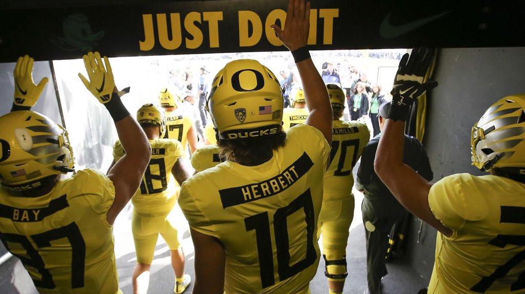 Quarterback de Oregon Justin Herbert não se declara para o draft da NFL de 2019